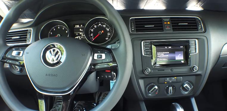 Volkswagen-Jetta-2017-56