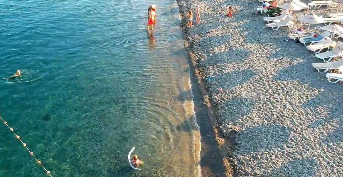 Assos Denizi Nasıl? Derin mi? Dalgalı mı? Temiz mi? Suyu Soğuk mu? Taşlık mı?