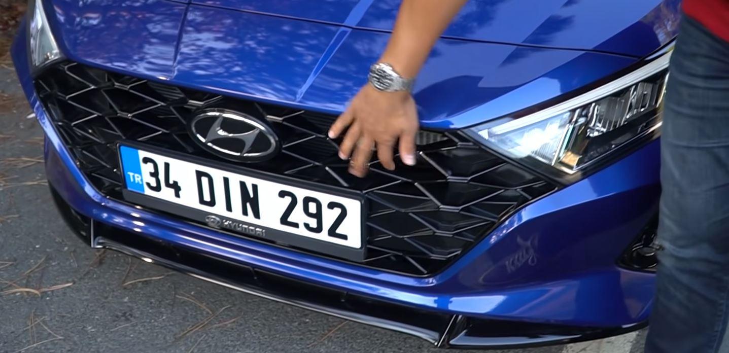 2021-Model-Hyundai-i20-on-izgara
